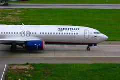 Fluglinien-Boeings 737-8LJ Aeroflots russische Flugzeuge in internationalem Flughafen Pulkovo in St Petersburg, Russland Stockfotografie