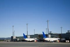 Fluglinien am Gatter Lizenzfreie Stockfotos