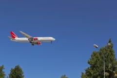 Fluglinien-königlicher Flug Flugzeug-Boeings 767-300 kommt herein, am Flughafen von Sochi zu landen Lizenzfreies Stockbild