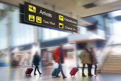 Fluglinien-Passagiere in einem Flughafen Lizenzfreie Stockfotos