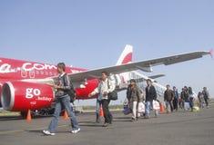 Fluglinienpassagiere, die weg von einem Flugzeug im Solo besteigen Stockfotos
