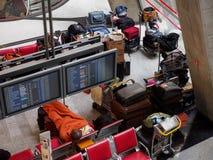 Fluglinienpassagiere schlafen an CDG-Flughafenabfertigungsgebäude, Paris, Frankreich stockfoto