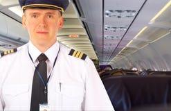 Fluglinienpilot an Bord Stockbilder
