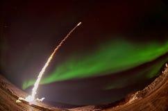 Flugprodukteinführung nachts mit Polarlicht lizenzfreie stockbilder
