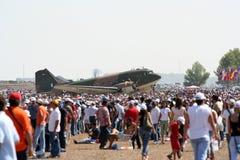 Flugschau Dakota-C-47D mit Leuten stockbild