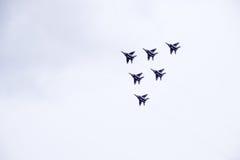 Flugschau im Himmel über der Krasnodar-Flughafen-Flugschule Airshow zu Ehren des Verteidigers des Vaterlands MiG-29 im Himmel Lizenzfreie Stockfotografie