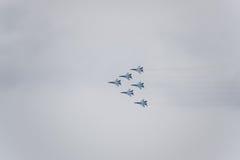 Flugschau im Himmel über der Krasnodar-Flughafen-Flugschule Airshow zu Ehren des Verteidigers des Vaterlands MiG-29 im Himmel Lizenzfreies Stockbild