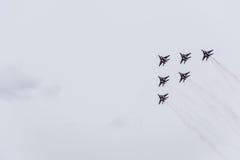 Flugschau im Himmel über der Krasnodar-Flughafen-Flugschule Airshow zu Ehren des Verteidigers des Vaterlands MiG-29 im Himmel Lizenzfreies Stockfoto