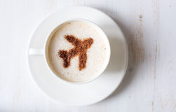 Flugservice liefert Kaffee Tasse Kaffee mit Dekoration von geformten Flugzeugen des Zimts Stockfotografie