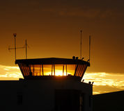 Flugsicherungkontrollturm auf Sonnenunterganghimmel Lizenzfreies Stockbild