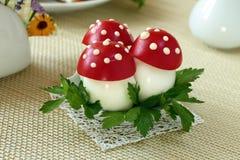 Flugsvamp som göras från ägget och tomaten Royaltyfria Bilder