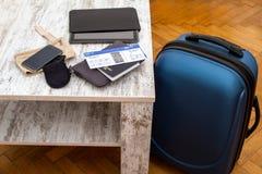 Flugticket, Pass und Gepäck Stockfotografie