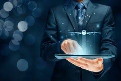 Flugticketanmeldung und Reiseversicherungs-APP stockbild