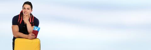 Flugticketfliegen copyspace Fahnen-Reisereisen des jungen Mannes stockfotos