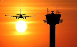Flugturm und -Flugzeug Lizenzfreie Stockbilder