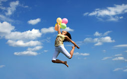 Flugwesen der jungen Frau mit bunten Ballonen Stockbild