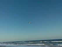 Flugwesen des weißen Flugzeuges der Freizeit über Seeufer stockfotos