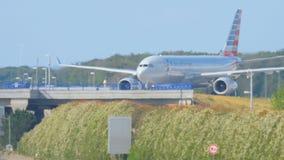 Flugzeug über Autobahn stock footage