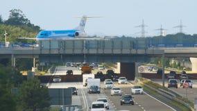 Flugzeug über Autobahn stock video footage