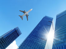 Flugzeug über Bürogebäuden. Stockfotografie