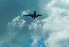 Flugzeug über dem Kopf vor Landung stockbilder