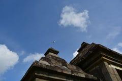 Flugzeug über dem Tempel Lizenzfreies Stockbild