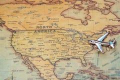 Flugzeug über einer Karte von Nordamerika-Nahaufnahme lizenzfreie stockfotografie