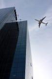 Flugzeug über einer Stadt lizenzfreie stockfotos