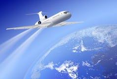 Flugzeug über Erde auf blauem Hintergrund Lizenzfreie Stockbilder