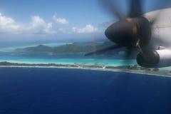 Flugzeug über Pazifikinsel lizenzfreie stockfotografie