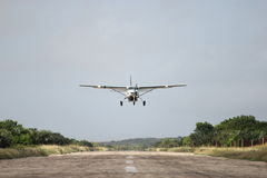 Flugzeug über Rollbahn Lizenzfreies Stockfoto