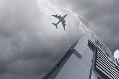 Flugzeug über Stadt Stockbild
