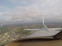 Flugzeug über Stadt lizenzfreie stockbilder