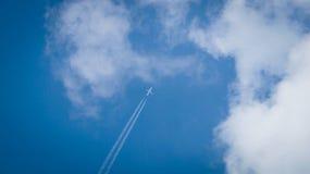 Flugzeug über Tscheljabinsk Stockfotografie
