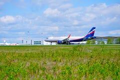Flugzeug Aeroflots Airbus A320 fährt auf die Rollbahn nach Ankunft an internationalem Flughafen Pulkovo in St Petersburg, Russlan Lizenzfreie Stockfotos
