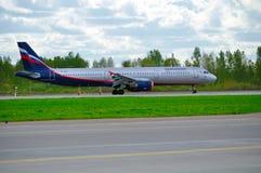 Flugzeug Aeroflots Airbus A321 fährt auf die Rollbahn nach Ankunft an internationalem Flughafen Pulkovo in St Petersburg, Russlan Lizenzfreie Stockfotos