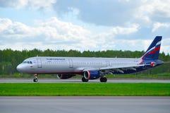 Flugzeug Aeroflots Airbus A321 fährt auf die Rollbahn nach Ankunft an internationalem Flughafen Pulkovo in St Petersburg, Russlan Lizenzfreies Stockfoto