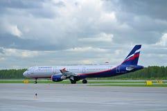 Flugzeug Aeroflots Airbus A321 fährt auf die Rollbahn nach Ankunft an internationalem Flughafen Pulkovo in St Petersburg, Russlan Lizenzfreies Stockbild