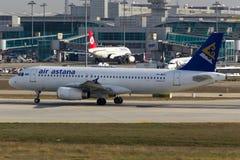 Flugzeug Air Astanas Airbus A320 Stockfotos