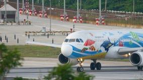 Flugzeug Airbus 320, der vor Abfahrt mit einem Taxi fährt stock video
