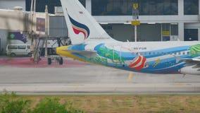 Flugzeug Airbus 320, der vor Abfahrt mit einem Taxi fährt stock video footage