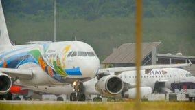 Flugzeug Airbus 320, der vor Abfahrt mit einem Taxi fährt stock footage