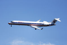 Flugzeug Amerikaner-Eagle Bombardiers CRJ-700 in New- Yorkhimmel vor der Landung in La Guardia-Flughafen Lizenzfreie Stockfotos