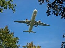 Flugzeug auf Anflug stockbild