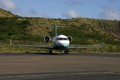 Flugzeug auf der Laufbahn Stockfotografie