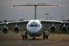 Flugzeug auf der Laufbahn Stockfotos