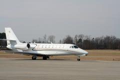 Flugzeug auf der Laufbahn Stockbilder