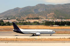 Flugzeug auf der Laufbahn am Màlaga-Flughafen in Spanien Stockfotografie