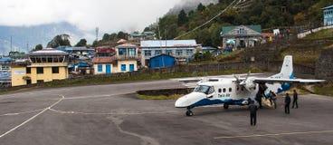 Flugzeug auf der Rollbahn an Lukla-Flughafen Stockbild