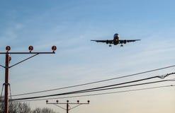 Flugzeug auf Endanflug Stockfotos